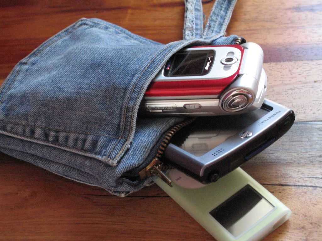 Сумочка для телефона из старых джинсов